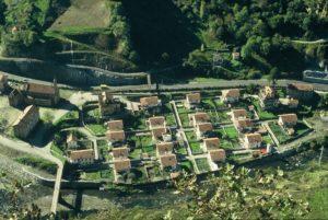 Conjunto del poblado minero de Bustiello.Se conserva en la actualidad y está declarado B.I.C por el Principado de Asturias e incluido dentro de los 100 elementos representativos del patrimonio Industrial de España por el TICCIH. Foto aérea, Departamento de Patrimonio de Hunosa 2001